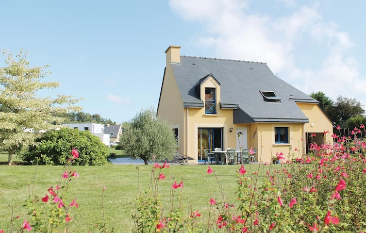 Holiday cottage with 3 bedrooms on 100 m² in Planguenoual