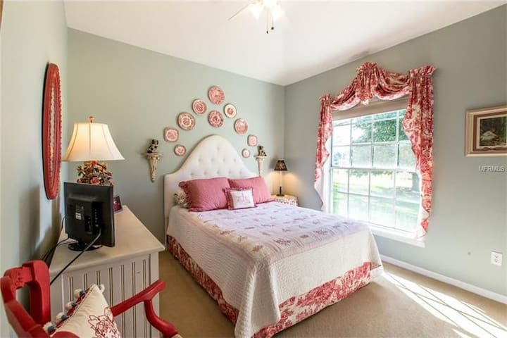 Extra room at Beautiful Clermont home with view.