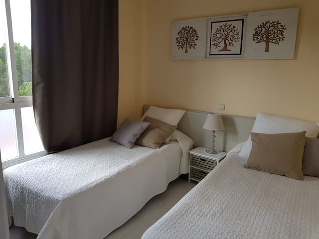 Schlafzimmer  2 mit Blick auf das Naturschutzgebiet.
