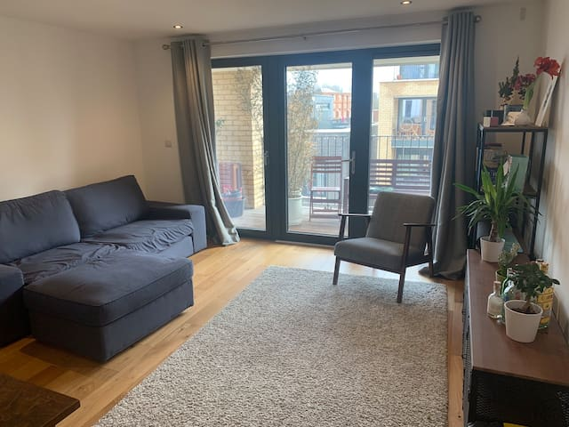 Double room & large bathroom in modern Oval flat