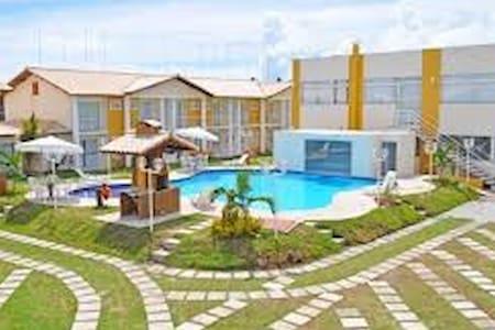 Casa em condomínio com piscina a 100m da praia