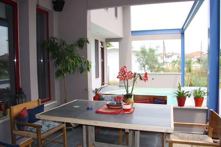 Το σπίτι με τα αρωματικά φυτά - Ammoudia