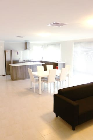 Centrally Located! Affordable NEW Modern room - Bentley - Casa