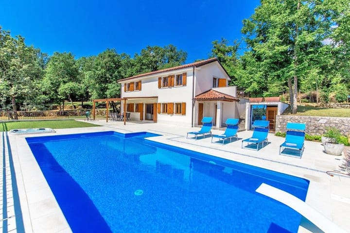 Luxurious villa, quiet rural location and sea view