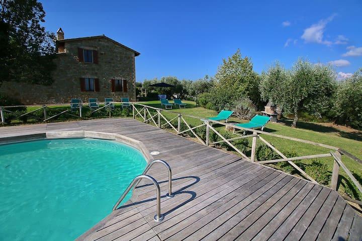 Hermosa casa de vacaciones situado en una finca con piscina cerca de Perugia