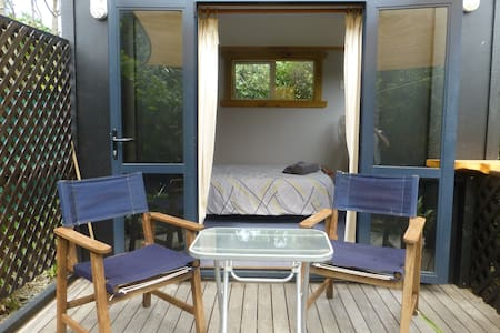 Tranquil private seaside cabin with queen size bed - Te Awanga
