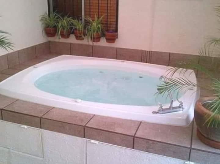 Área ideal para relajarte, jacuzzi con hidromasaje