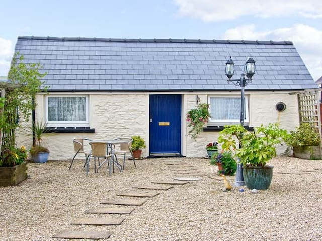 STAR COTTAGE, with a garden in Saundersfoot, Ref 7478