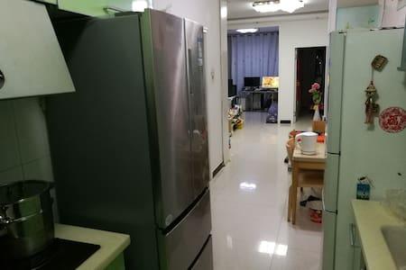 90精装修,房主好客素质高喜爱看书,3室1厅,电脑家电全可健身,拎包入住。 - Chifeng - Wohnung