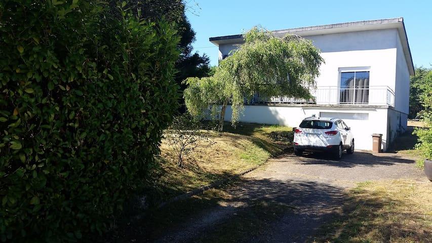 maison spacieuse avec jardin - Surgy - Huis
