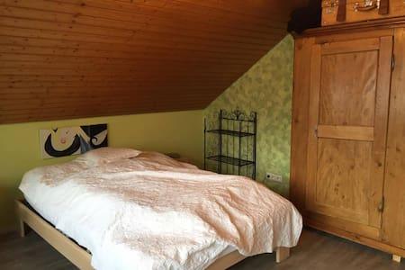 Geräumiges, ruhiges Zimmer am Rande Freiburgs - Merzhausen - Rumah