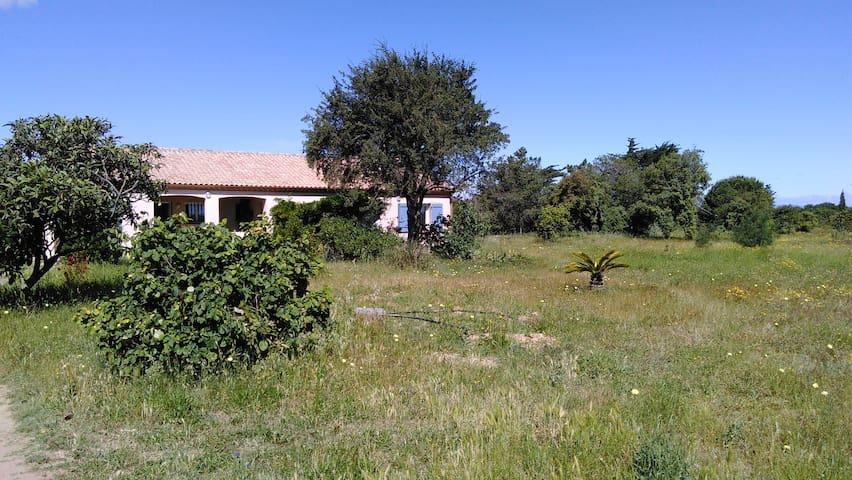 Villa grand jardin jacuzzi à quelque minutes plage