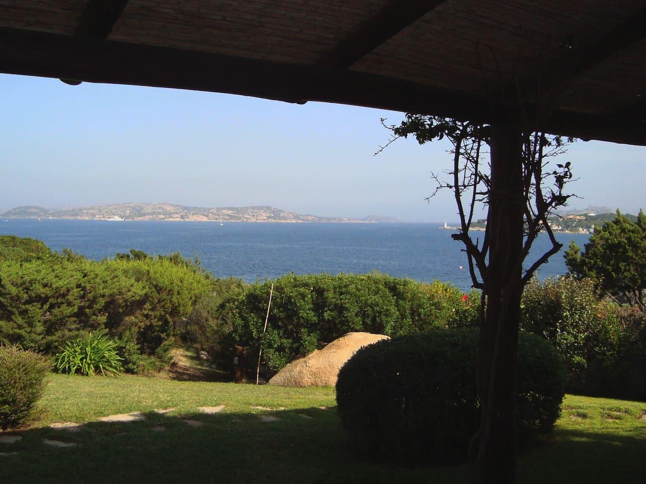 Vista dalla veranda e dal giardino