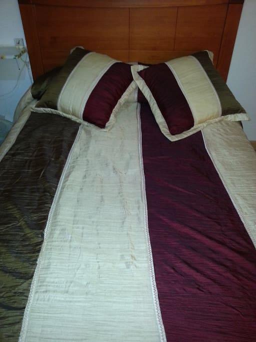 habitación doble con cama de matrimonio y sencilla