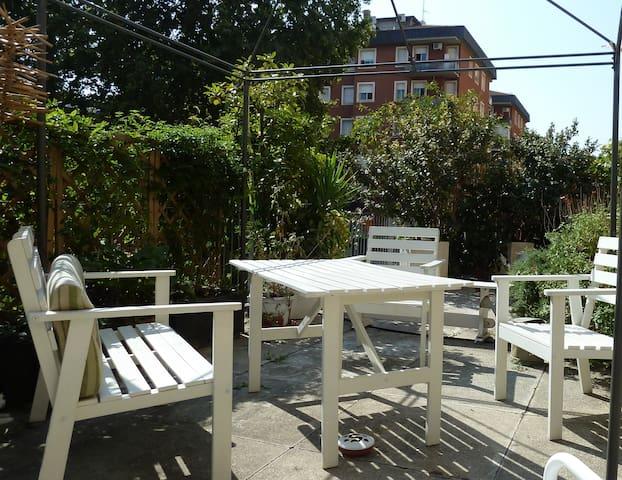 Una stanza con terrazzo