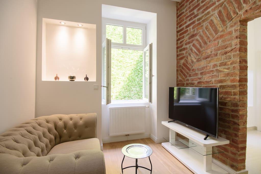 Das Sofa im Chesterfield Stil lädt zum Verweilen ein. Auf dem großen Flachbildfernseher stehen > 150 Fernsehsender, davon 40 in HD Qualität zur Verfügung.