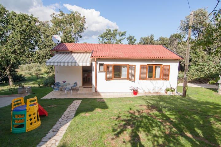 Little house in Banjole near sea