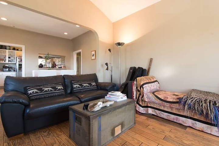 Cozy 2-bedroom with views of DTLA - 6 min. away - Los Angeles - House