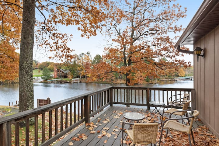 Cozy lakefront villa w/shared docks, boat rentals & on-site restaurant - dogs OK