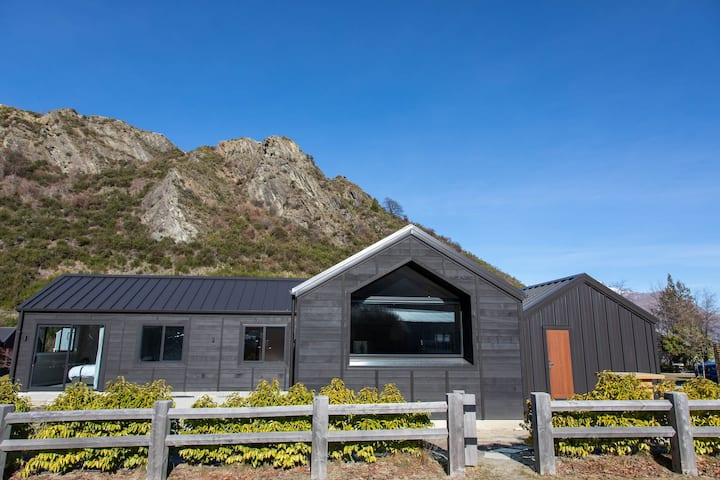 New Arrowtown Home with  comfort & Views ★★★★