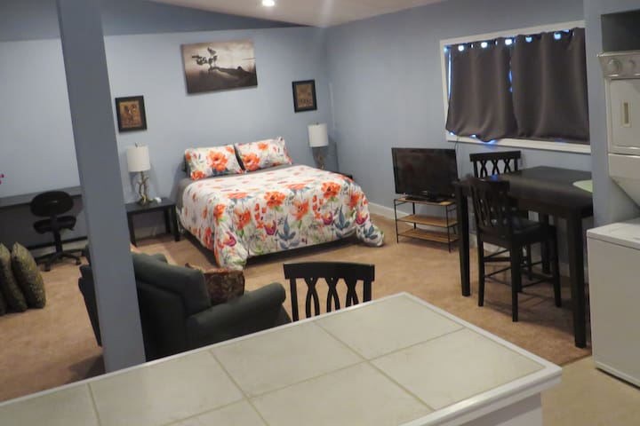 Entire Guesthouse! Spacious, Clean, Central &Quiet