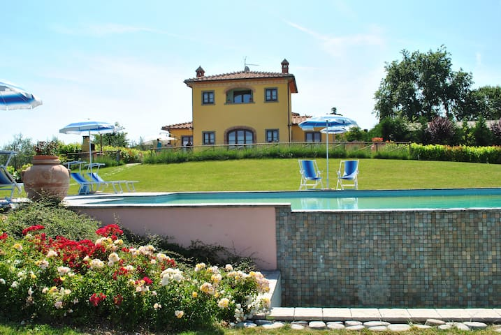 Villa with pool surrounded by green - Cortona - House