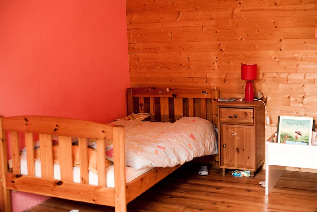 chambre avec un lit enfant