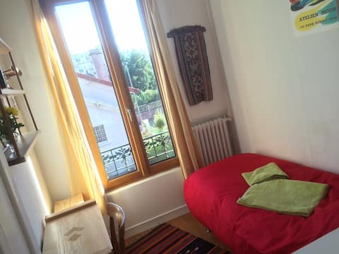 Petite chambre agréable, lumineuse