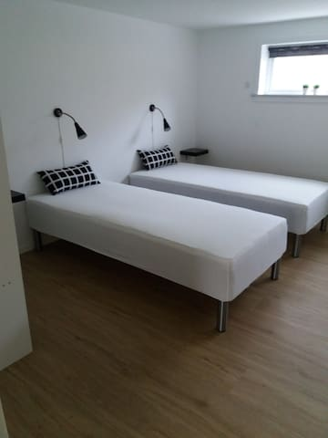 Værelse 1, sengene er 90x200cm
