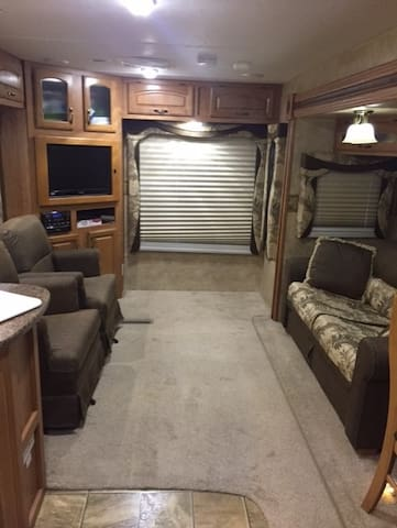 Spacious Jayco Eagle RV in quaint Thomasville GA.