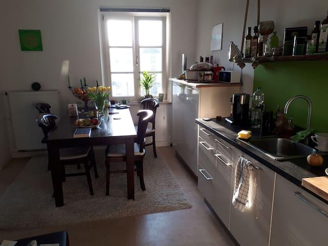 Die Küche ist eine echte Wohnküche. Du findest alles, was du brauchst. Und selbst bei der Tasse Kaffee oder Tee kannst du auf dem Sofa die Füße hochlegen.