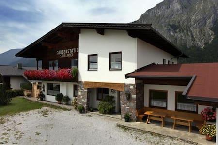 Rustieke groepswoning met balkon en skiberging in Tirol