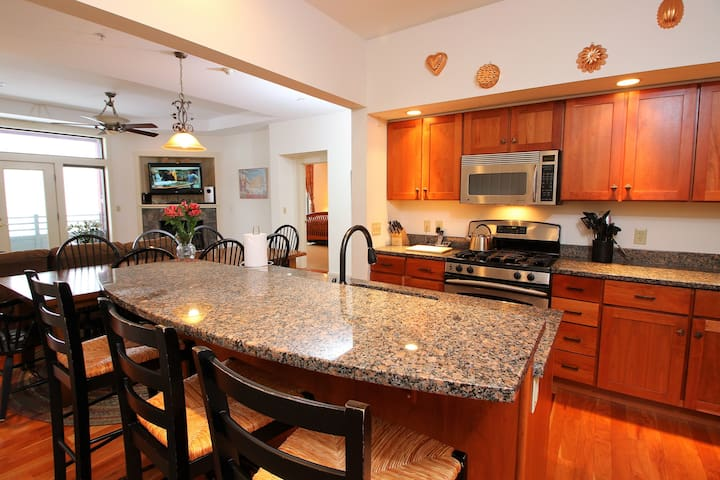 Stunning 3 bdrm Condo Ski in/out withSports Center
