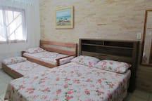 Dormitório de casal com bicama extra no andar térreo.
