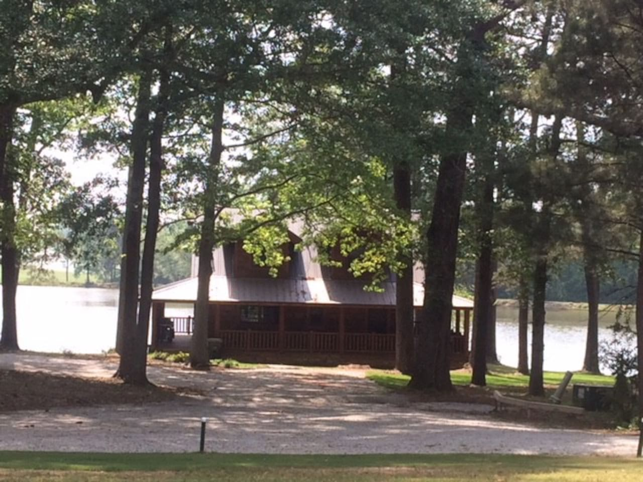 Lakeside cabin in the woods 20 mins from ATL Intl