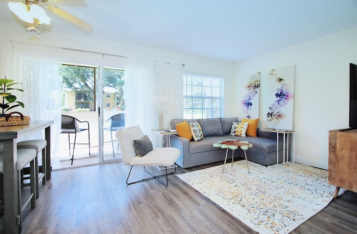 Modern and Cozy Condo 6 Minutes from the Beach !