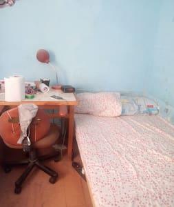 La habitacion es confortable y se descansa bien.
