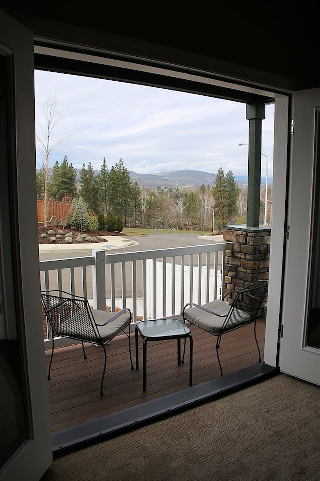 Private Guest Suite in beautiful Eagle Point home