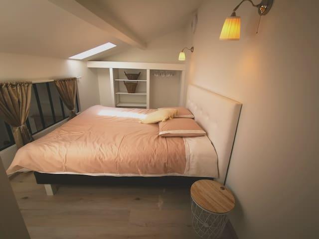 Chambre mezzanine lumineuse et climatisée, literie à mémoire de forme.