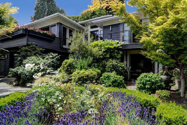 View home on a quiet dead end street just steps from Lake Washington. Private apartment entry on the lower level.