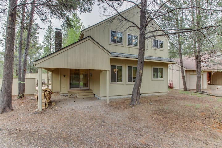 Cozy Sunriver home w/ hot tub, SHARC passes, wood stove