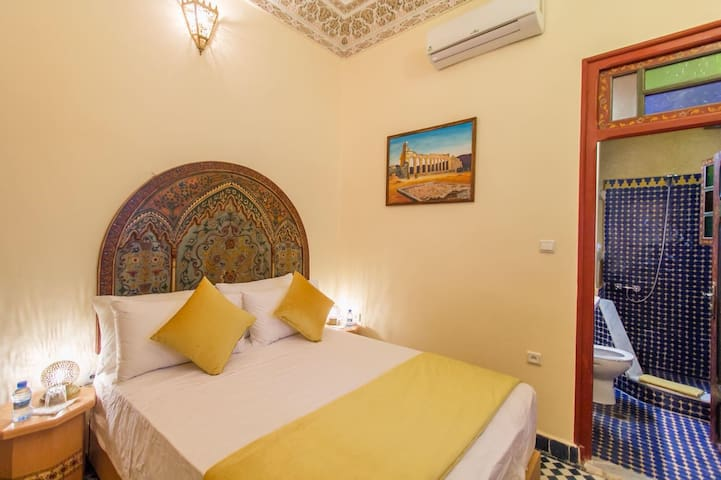 Lovely double room+AC+Breakfast+WiFi at Riad