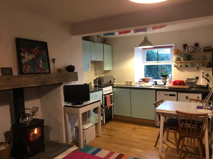 Cosy Eco Cottage - Hills, beaches and walking.