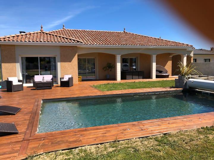 Villa avec piscine et cuisine extérieur