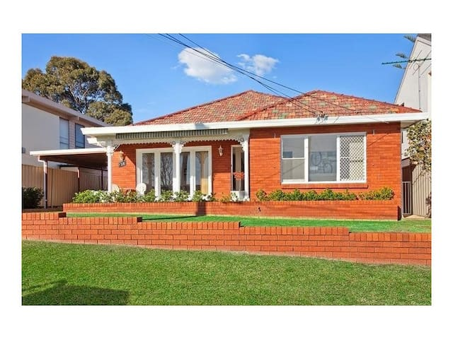 4 Bed Home with Water Views - Taren Point - Hus