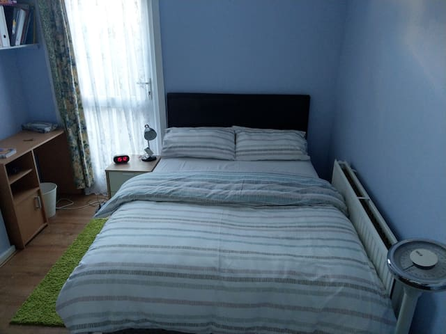 Lovely double bed, 3 minutes from Leyton Station