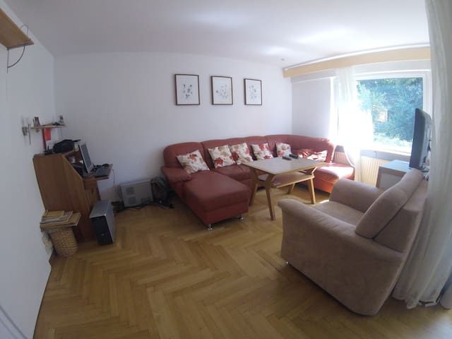 Room in nice house 10 mints away from city center - Stuttgart - Hus