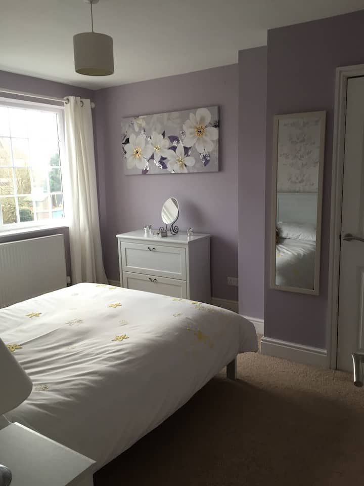 Clean and cosy bedroom in Frampton