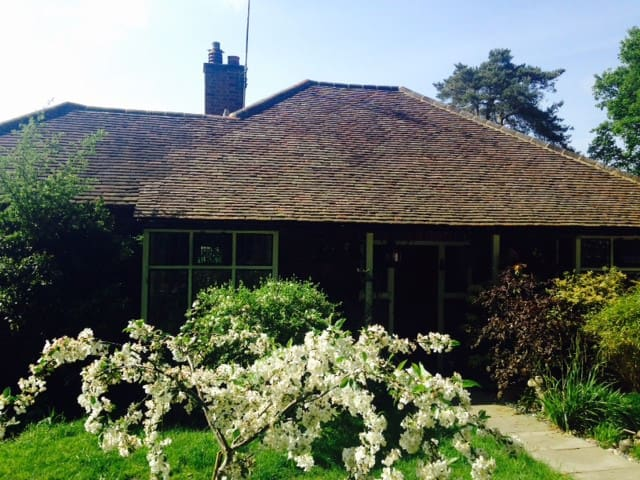Charming arts and crafts cottage in Chobham Surrey - Chobham - Rumah