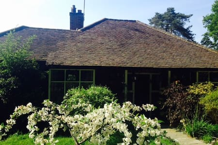 Charming arts and crafts cottage in Chobham Surrey - Chobham